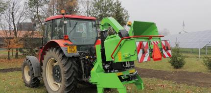 Leistungsstarker Buschholzhäcksler auf Drehkranz montiert und mit Anhängerkupplung versehen  LS 160 TT  (1000 U/min)