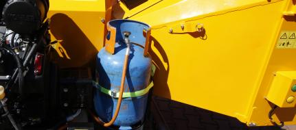 Leistungsstarker Buschholzhäcksler auf gebremstem Fahrgestell mit Antrieb auf Benzin und LPG (26,5 HP) LS 160 PGB