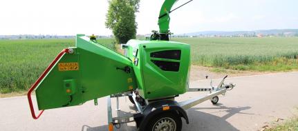 Leistungsstarker Buschholzhäcksler mit Dieselmotor auf gebremstem Fahrgestell montiert (25 HP) LS 160 DWB