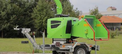 Leistungsstarker Buschholzhäcksler auf gebremstem Fahrgestell mit Dieselmotor und höhenverstellbarer Zuggabel LS 160 DWBS